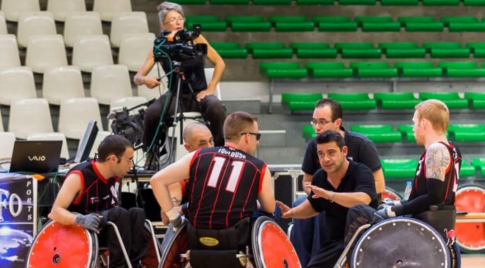 Nicolas COSTE (C) de STADE TOULOUSAIN RUGBY HANDISPORT (France) met en place la stratégie pour les dernières seconde lors d'un temps mort
