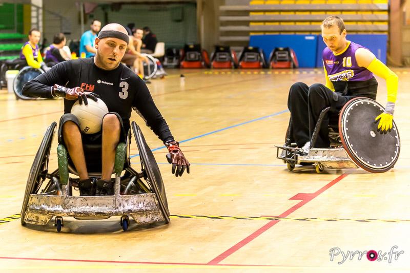 Petr OPPENAUER (10) de THE GUNNERS (République Tchèque) ne peut rien faire contre le joueur d'Amsterdam