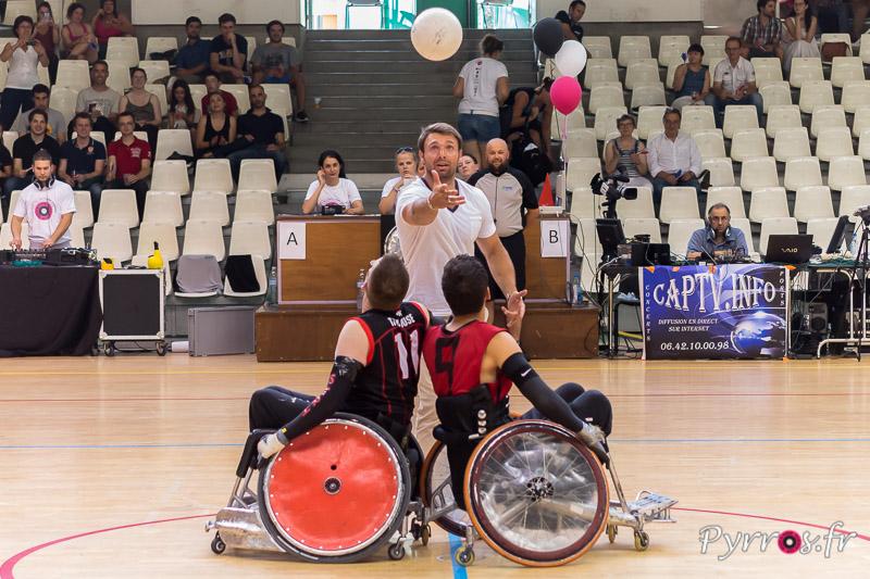 Vincent Clerc (joueur du Stade Toulousain) parrain du STRH réalise la mise en jeu fictive du match