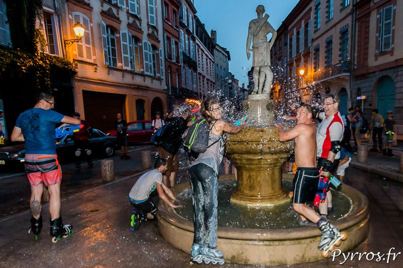 A la La fontaine de la place Saintes-Scarbes les arrosages sont nombreux.
