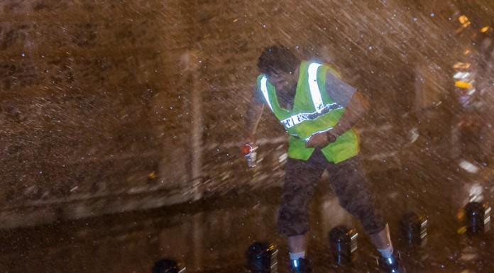 Les staffeurs habitués ne peuvent éviter l'arrosage des pompier de la caserne Lougnon