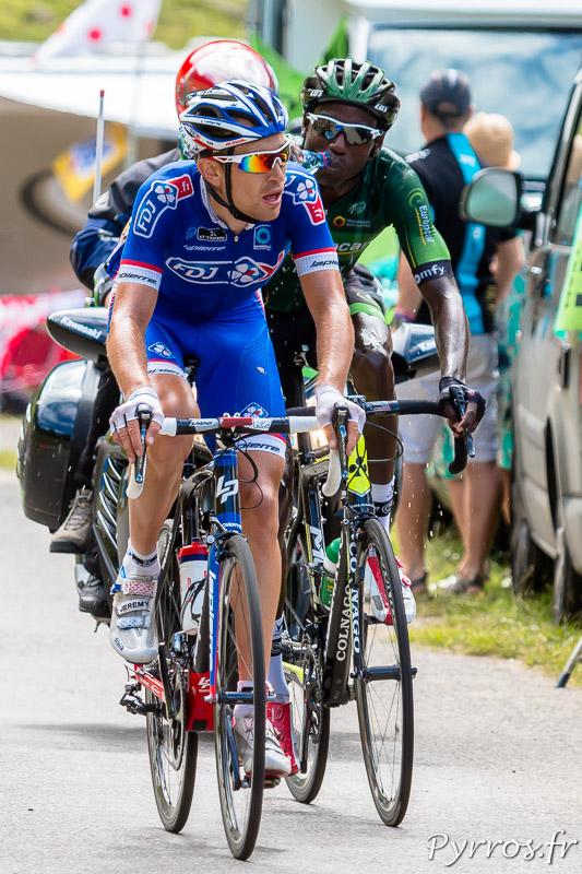 Tour de France dans le port de Balès, Jérémy Roy (FDJ) et Kevin Reza (Europcar) qui s'hydrate