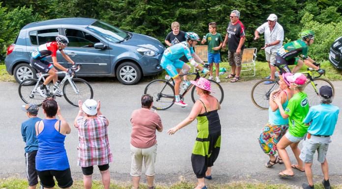 Tour de France dans le port de Balès, les coureurs sont encouragés