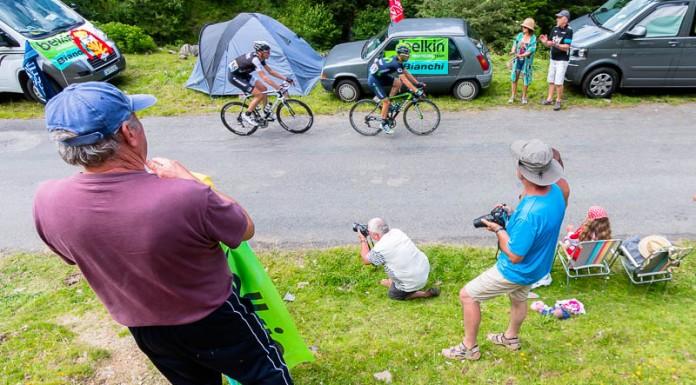 Tour de France dans le port de Balès, Les photographes tentent de tirer le portrait des coureurs