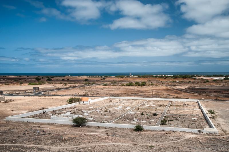 Vue du cimetière de Raquil (Boa Vista, Cap Vert) par Christophe Gressin