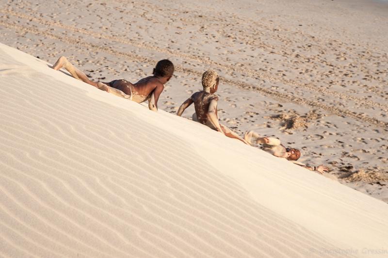 Enfant descendant une dune de la plage de Chaves (Boa Vista, Cap Vert) par Christophe Gressin