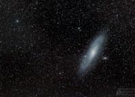 La galaxie d'Andromède – plus grande que la lune dans le ciel – demande un très bon ciel pour la photographier, ou alors il faut empiler plusieurs photos de plusieurs minutes pour distinguer correcte