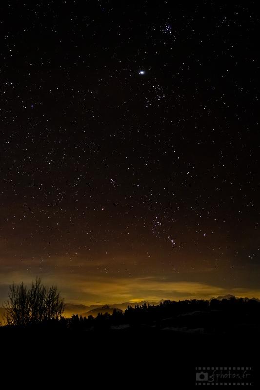 Panoramique au-dessus du Mont-Blanc avec, de haut en bas : les Pléïades (M45), Jupiter, la constellation du taureau et la constellation d'Orion et sa grande nébuleuse déjà visible Janvier 2013 - 5 photos / Nikon D300s + Zeiss 25mm f/2.8 / ISO1'600 / 13s / f/2.8