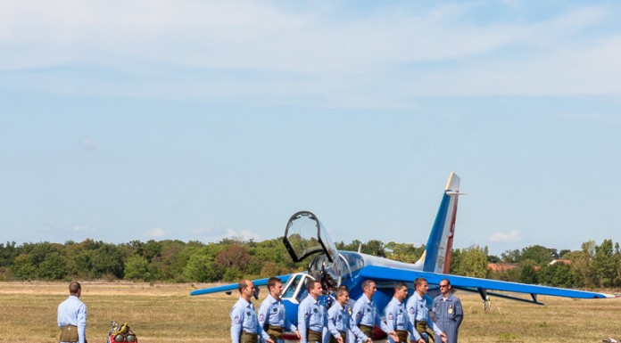 Les pilotes de la Patrouille de France marchent vers leur avion