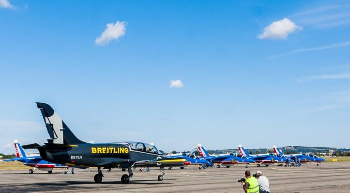 Jacques Bothelin le leader des Breitling Jet Team pilote son avion jusqu'à la piste