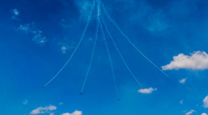 Les Breitling Jet Team se séparent lors du Vertical Split