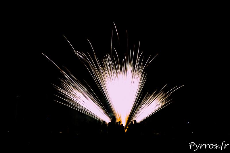 La foule est dense pour assister au feu d'artifice de l'Union tiré depuis le stade de Saint Caprais