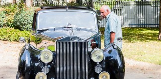 La Rolls Royce sous le regard d'un passant curieux
