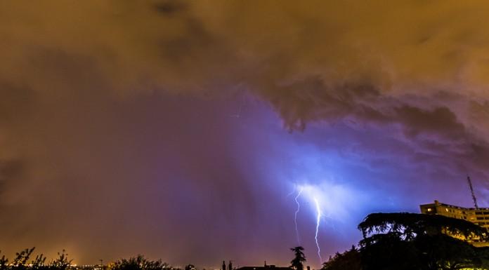 L'orage s'en va mais quelques impacts continuent de frapper le sol. La couleur bleu indique qu'il y a de la grèle entre mon spot et l'impact