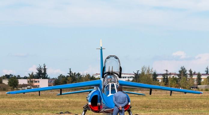 Le mécanicien de assiste le pilote dans sa préparation et le guide avant et après le vol