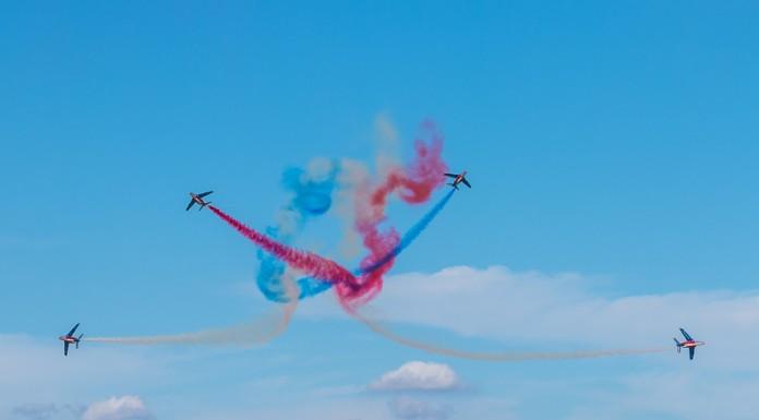 """Croisement avant éclatement nommé le """"Big Bang"""" de la Patrouille de France"""