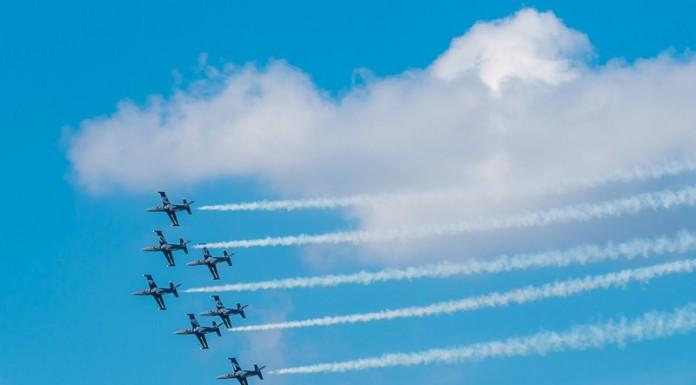 Les Breitling Jet Team fleurtent avec les nuages en formation Avenger