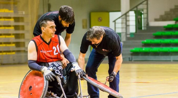 Marc Sorabella (20 STRH) laisse les mecano lui changer une roue après une crevaison