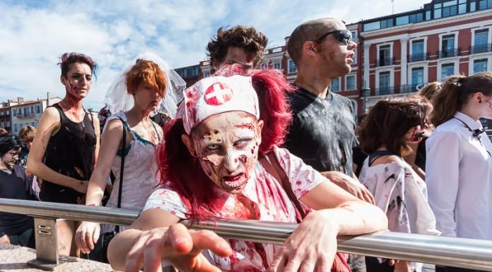Heureusement qu'il y a la barrière, car les zombies se jettent parfois sur les photographes