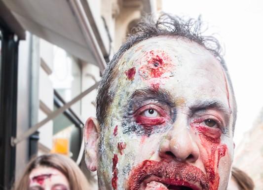 Un reste de repas coincé entre les dents de ce zombie, à la parade des