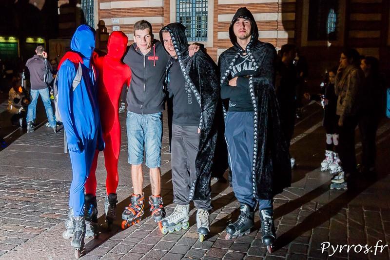 Les Morphosuits et les hommes à la cape place du Capitole