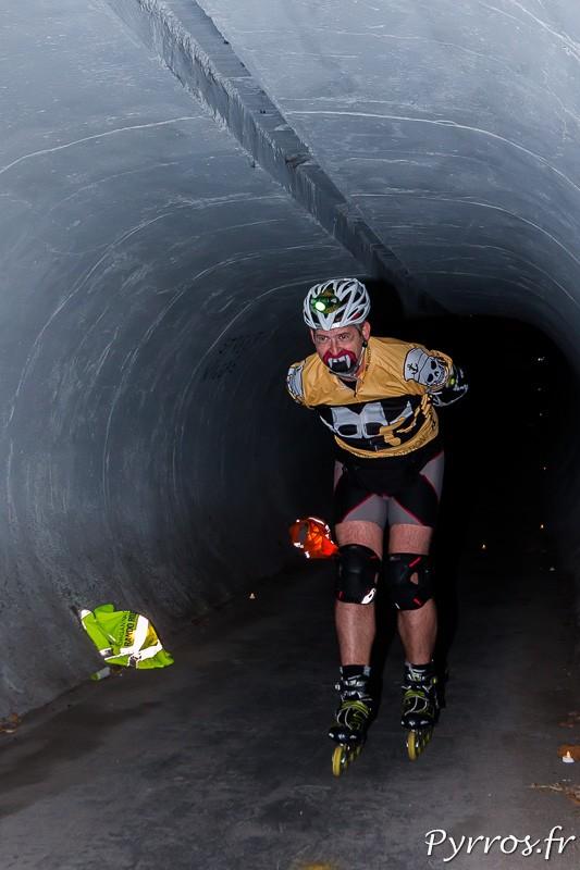 Dans le tunnel éclairé par des bougies les monstres défilent les uns après les autres