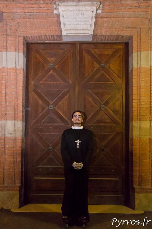 Le curé en roller sur le parvis de l'église