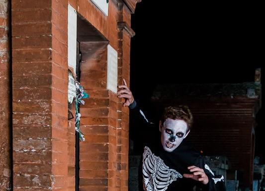 Un squelette réveillé par les patineurs de la rando halloween tente de s'évader du cimetière
