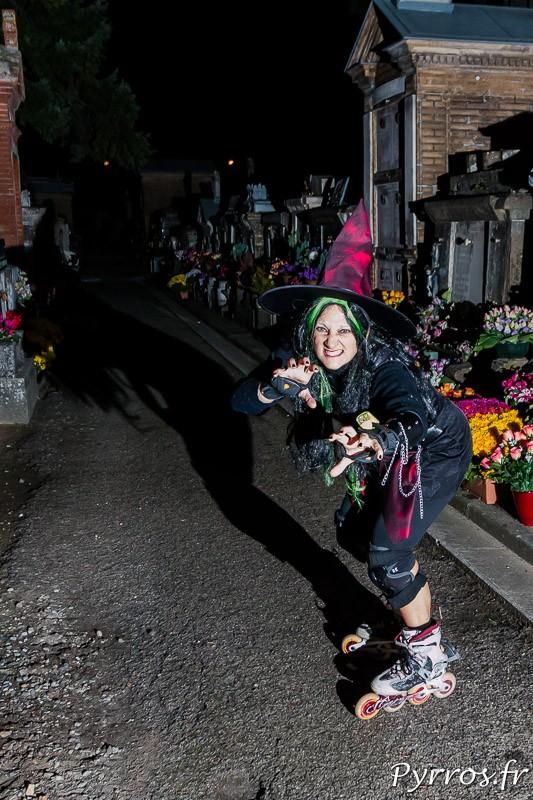 Une sorcière agressive cherche son balai dans le cimetière