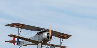 Le Nieuport 17 vole au dessus de la base aérienne de Francazal
