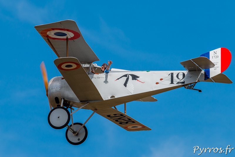Laurent THOMAS salue le public depuis son Nieuport 17