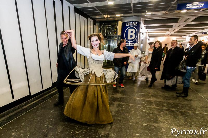 Quelques pas de danse de l'Atelier Art en Ciel déambulations théatrales dans le métro