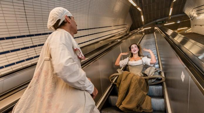 Atelier Art en Ciel déambulations théatrale dans le métro, les précieuses ridicules dans les escalators