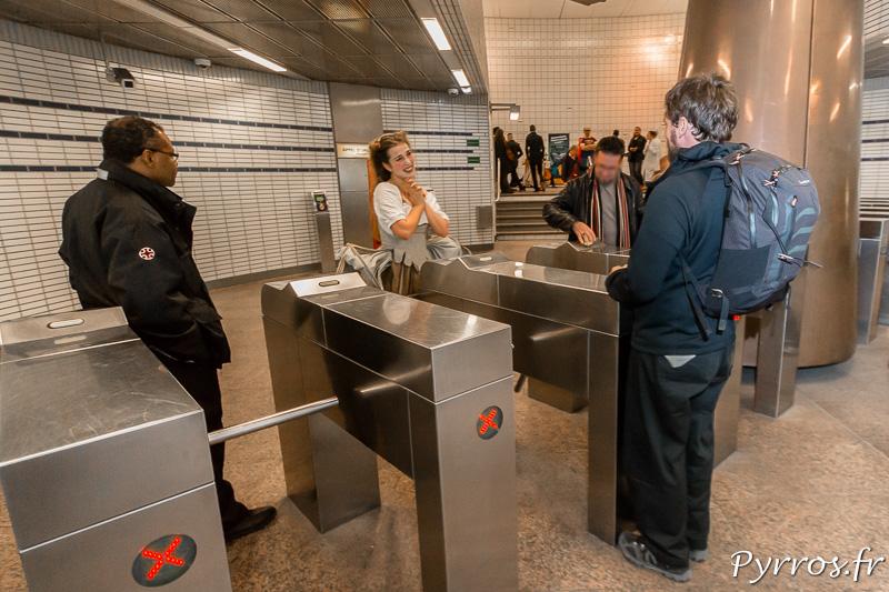 Atelier Art en Ciel déambulations théatrales dans le métro passage des portiques d'entrée du métro