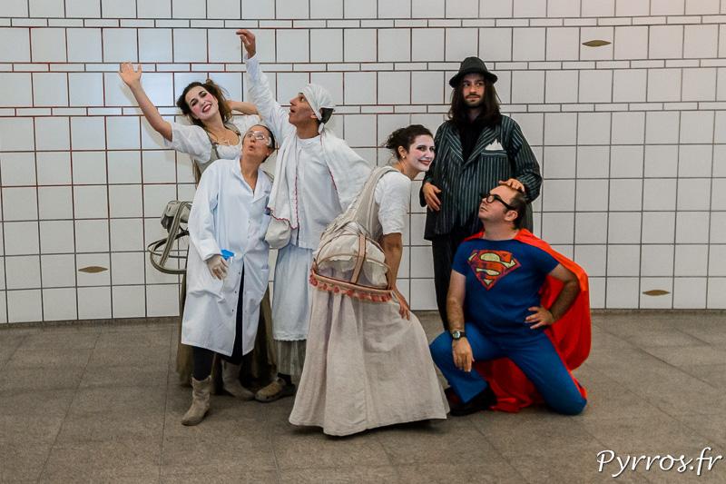 Les acteurs de l'Atelier Art en Ciel prennent la pose durant les déambulations théatrales dans le métro