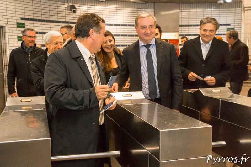 Mr le Maire passe les portiques d'entrée du Métro pour inaugurer l'ouverture de celui ci jusqu'à 3h du matin