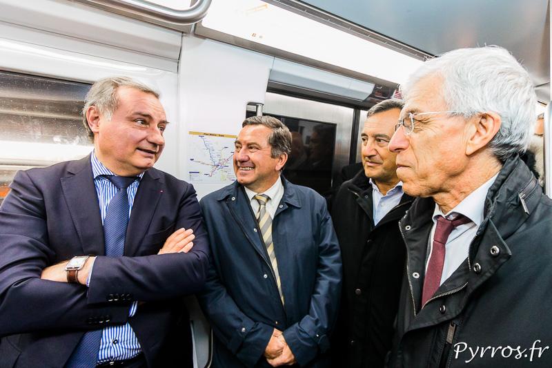 Dans le métro Jean Luc Moudenc (Maire de Toulouse) échange avec Jean Michel Lattes (adjoint à la Mairie de Toulouse en charge des déplacements), Olivier Poitrenaud (Directeur de Tisséo) et Francis Grass (Culture et Action culturelle)