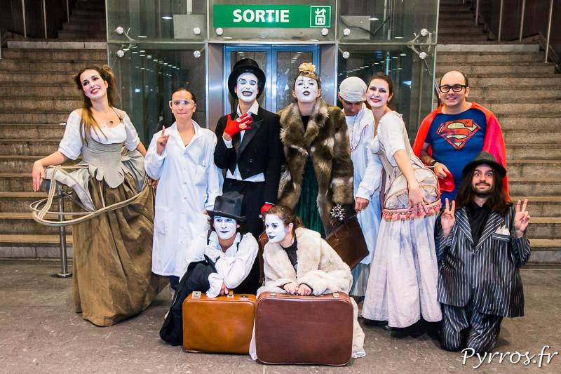 Une partie de la troupe de l'Atelier Art en Ciel et la Compagnie Changer l'Ampoule à l'entrée de la station Jean Jaurès