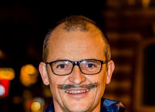 Un patineur sur la place du Capitole à tracé une moustache d'un coup de crayon