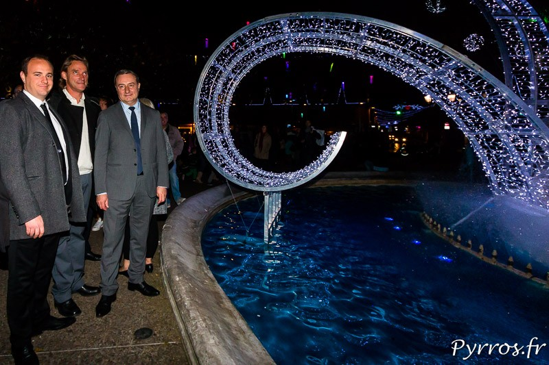 Émilion Esnault (Éclairage public de la ville de Toulouse), Philippe Cotten (artiste, réalisateur du Jardin enchanté) et Jean Luc Moudenc, maire de Toulouse posent devant la fontaine Goudouli
