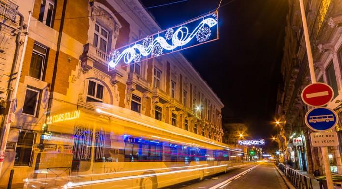 Un bus de Toulouse passe sous les illuminations de la rue Alsace Lorraine
