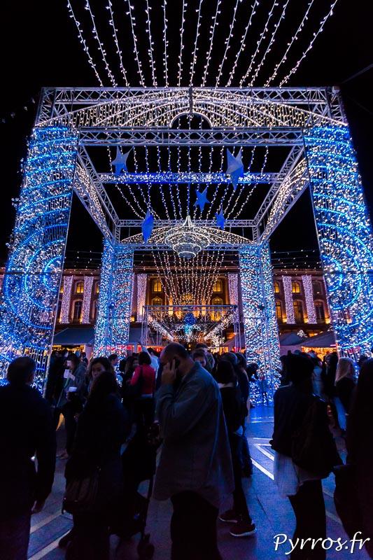 Au centre du Marché de Noël un grand plafond lumineux blanc et bleu