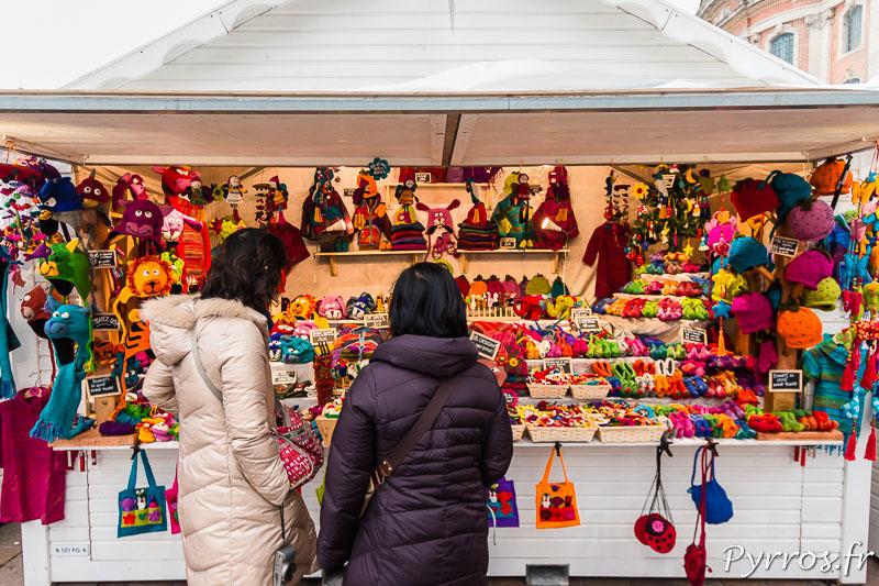 Des touristes regardent les produits proposées par un chalet