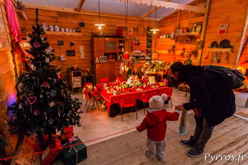 Dans la maison éphémère du Père Noël, la salle à manger des lutins attire le regard des plus jeunes