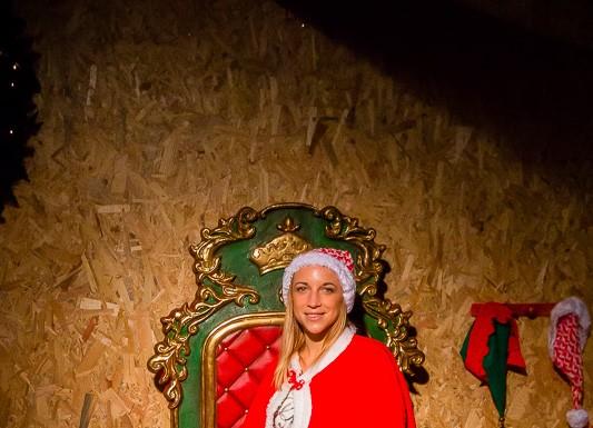 Quand le Père Noël est absent, l'une de ses assistantes prend sa place dans son fauteuil