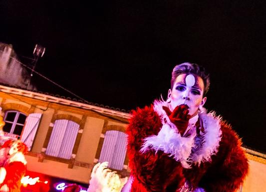 """Parade """"Féérie de Noël"""" par la compagnie Les Nuits Blanches, un baiser pour le public"""