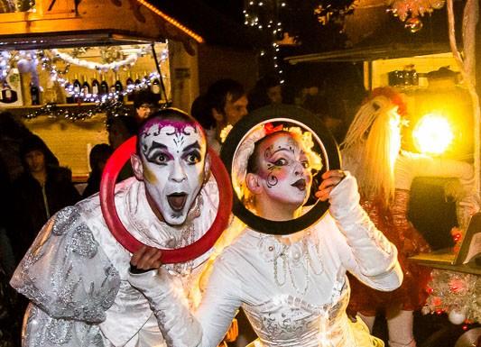 """Parade """"Féérie de Noël"""" par la compagnie Les Nuits Blanches, les jongleurs ferment le cortège"""