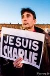 """De nombreux toulousains affichent le slogan """"Je suis Charlie"""""""