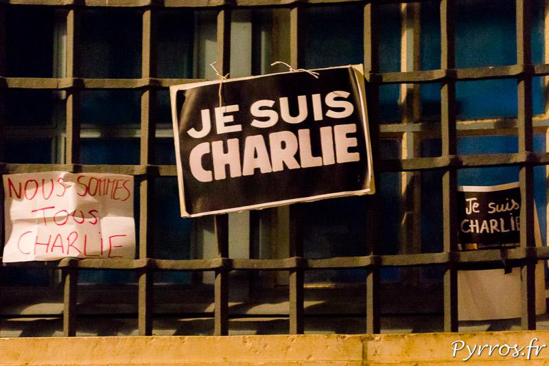 Sur la façade, les grilles du Capitole des pancartes ont été accrochées