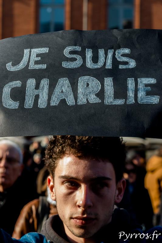 """Le visage marqué par la tristesse, """"Je Suis Charlie"""""""